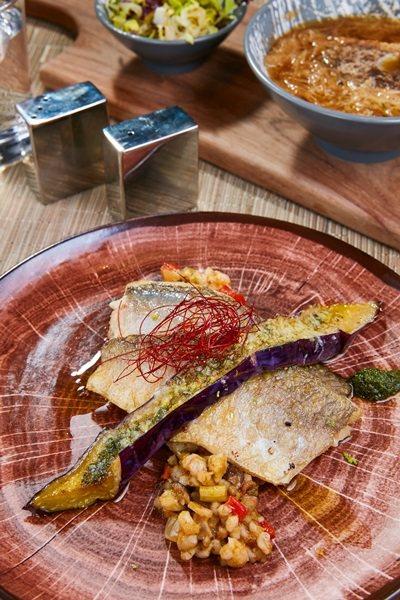 主餐午魚珍珠米搭清炒時蔬。