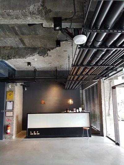 大廳整體以黑色為基調。