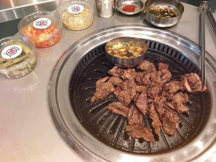 韓國超人氣「新村站著吃烤肉」海外第一間分店,就在台北信義區。 圖/店家 提供