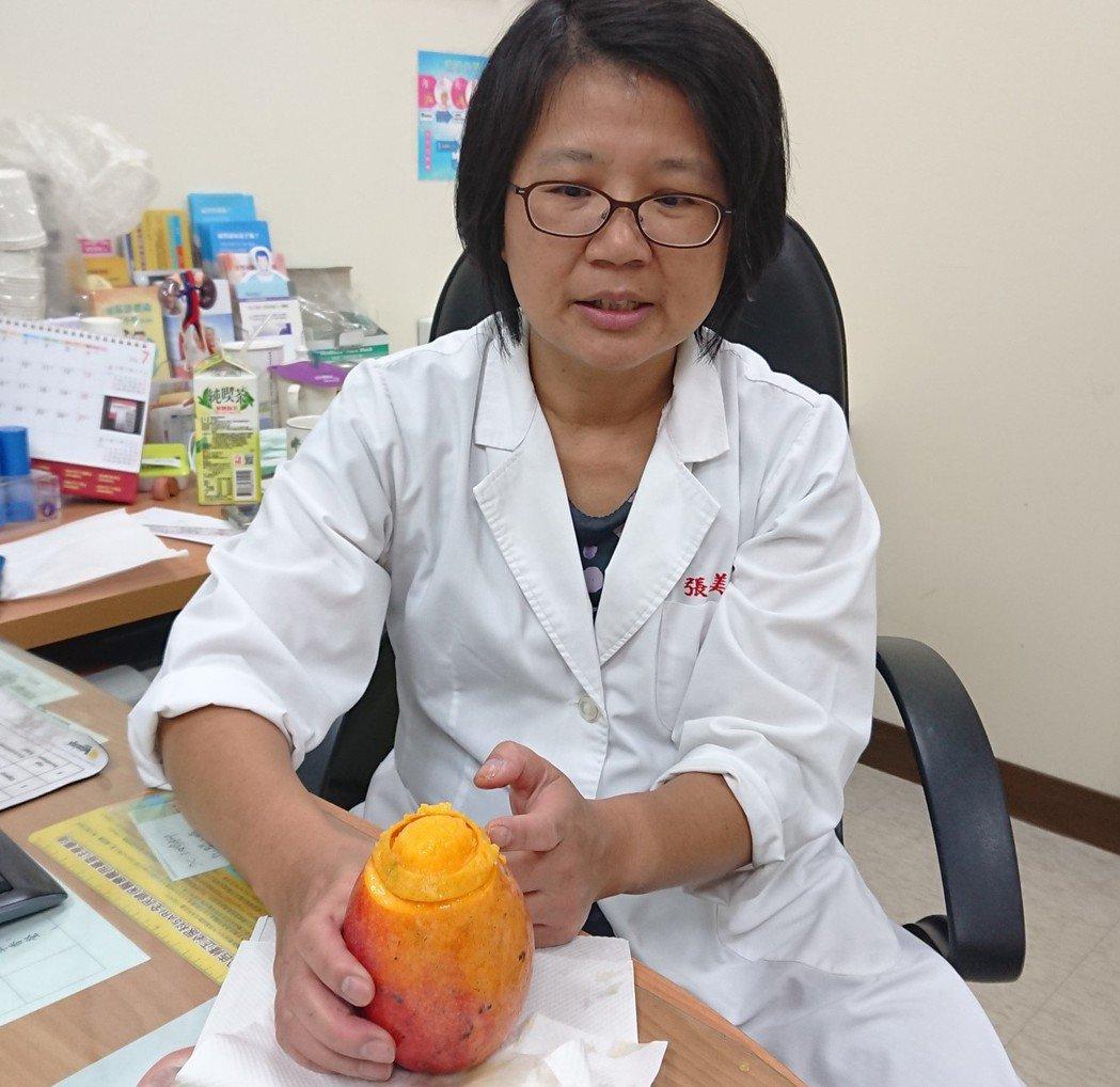 泌尿科醫師張美玉以芒果示意,當環狀包皮被外力向下推,就會外翻卡在冠狀溝處,造成「...
