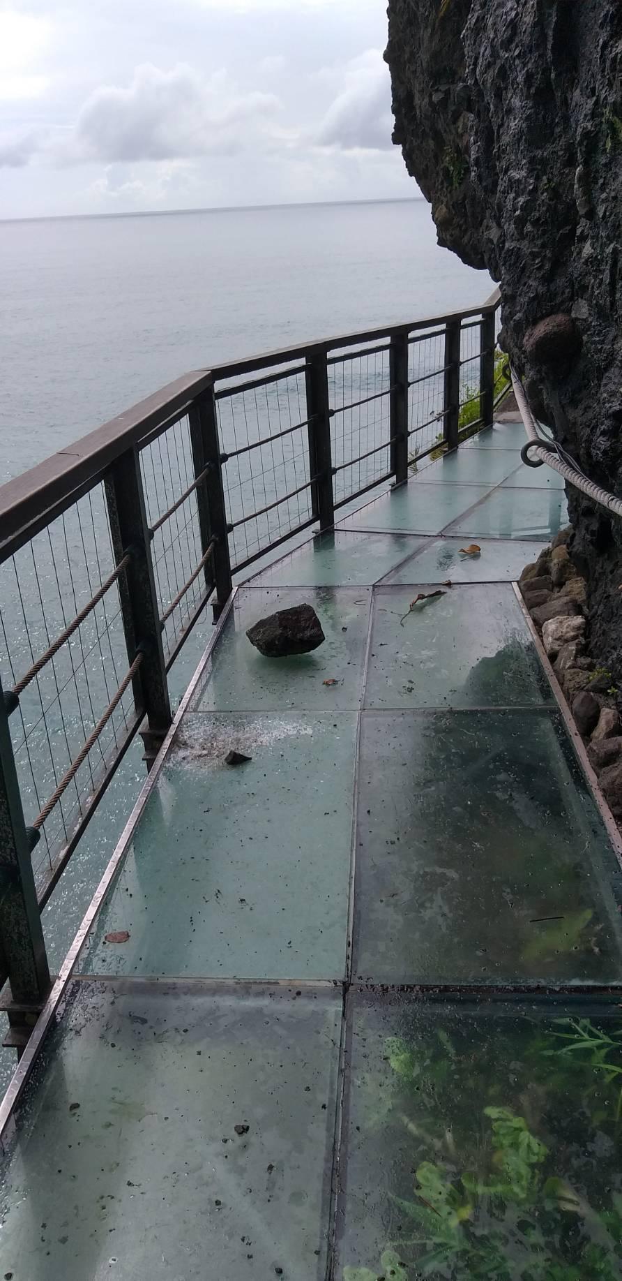 今日上午花蓮發生兩起地震,有落石砸毀豐濱鄉親不知子海上古道,造成玻璃破裂。圖/豐...
