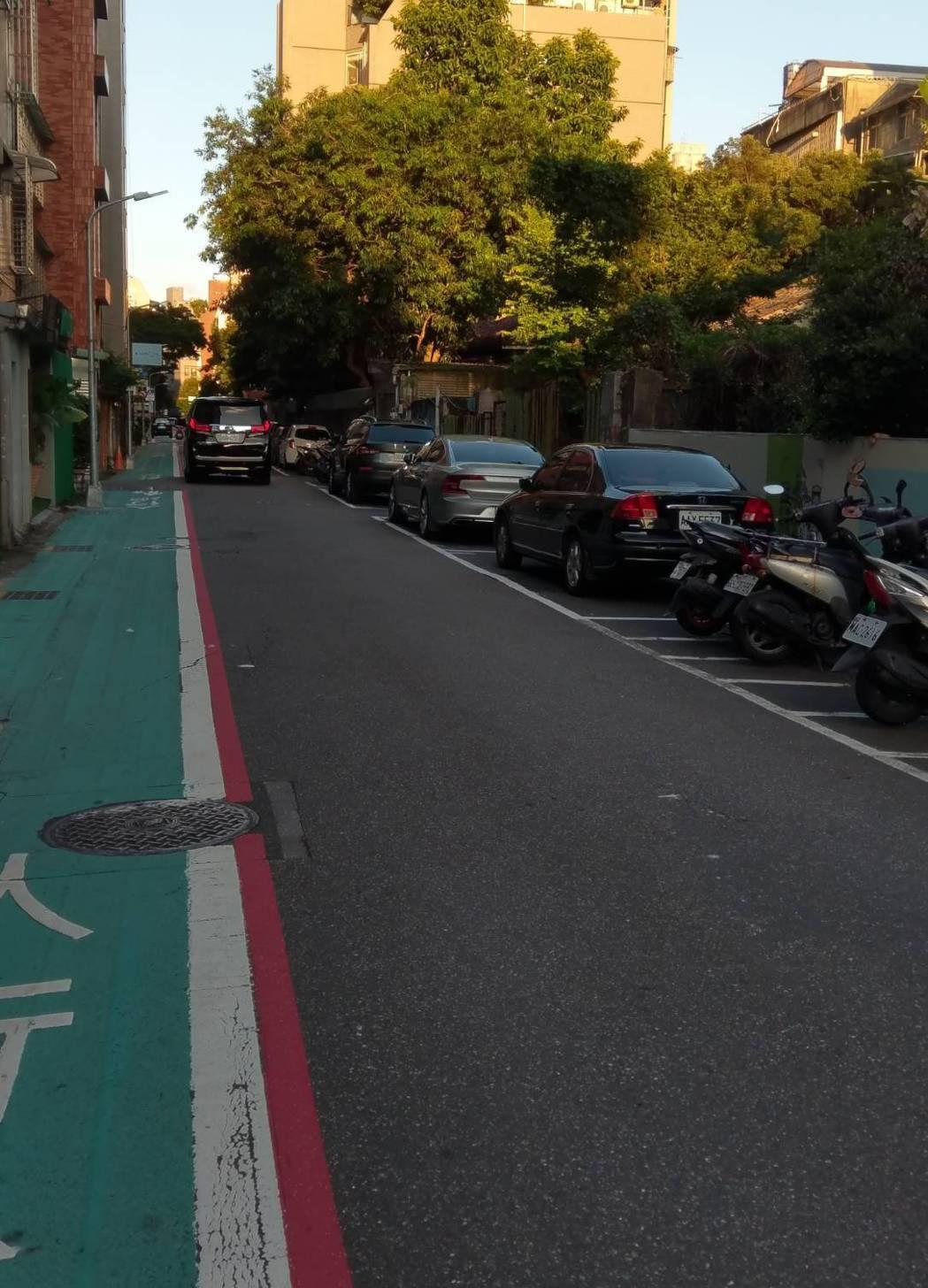 交通部今天預告修正「道路交通安全規則」第93條,規畫針對未畫設車道線、行車方向線...