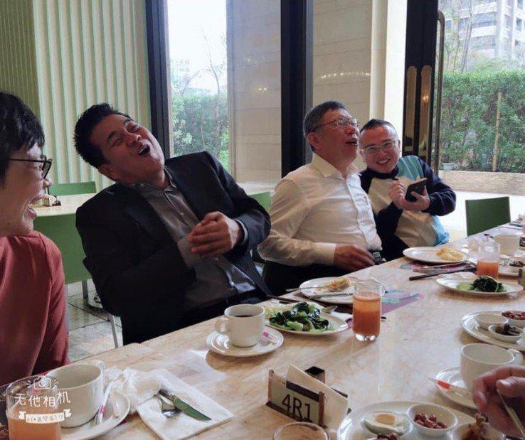 台中市議員陳廷秀(左)曾和柯文哲,在台中聚會中相談甚歡。圖/議員陳廷秀提供