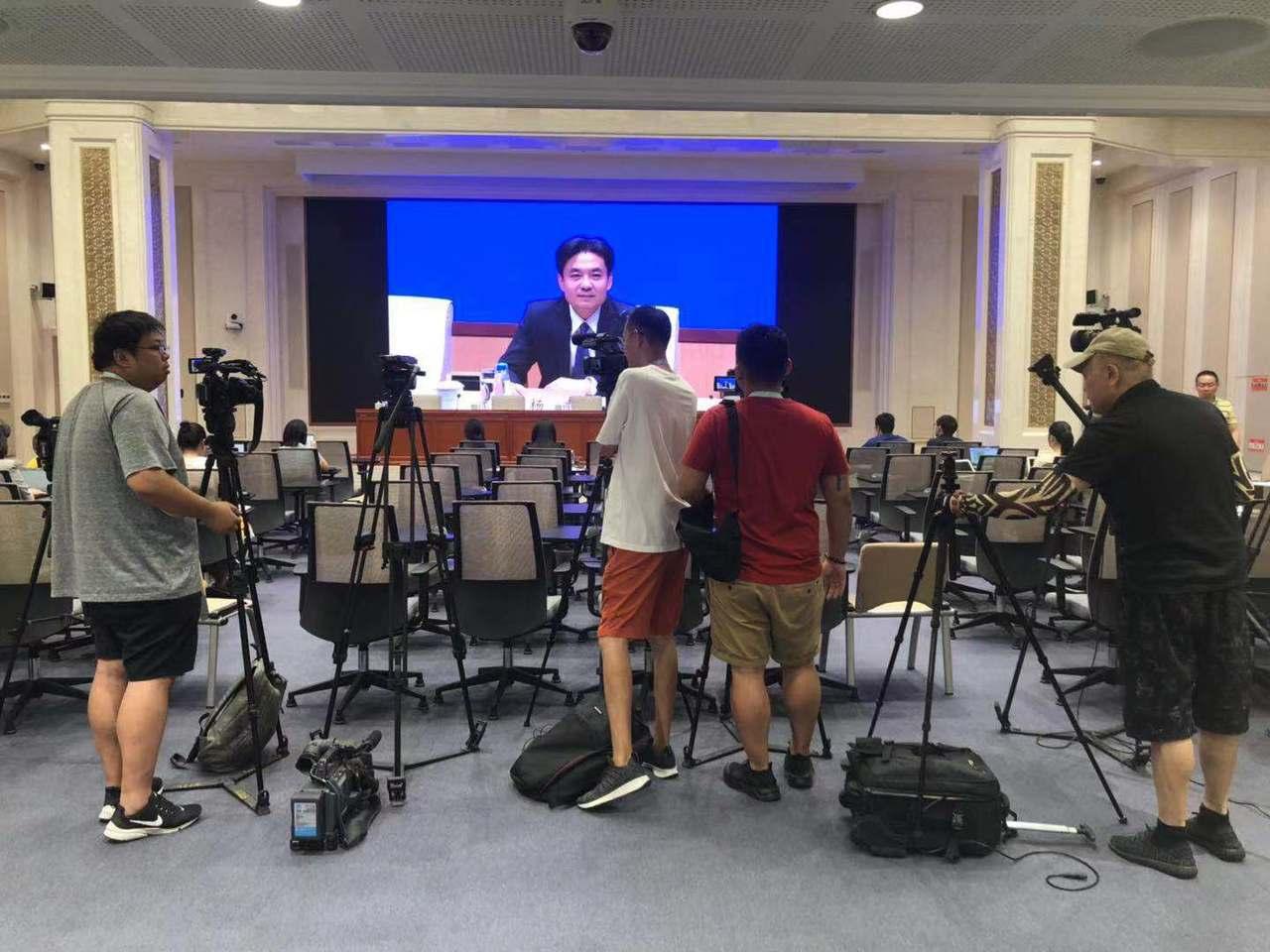 中共港澳辦下午舉行記者會談香港局勢,但包括台媒在內的多家媒體只能看轉播。記者許依...