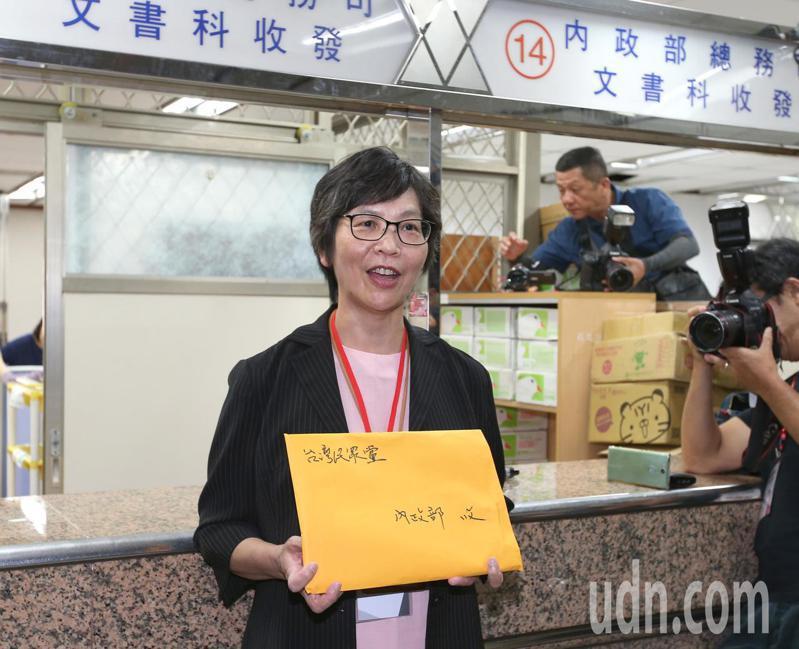 台灣民眾黨今天舉辦創黨大會。市府顧問蔡壁如遞交創黨首份公文給內政部。記者林澔一/攝影