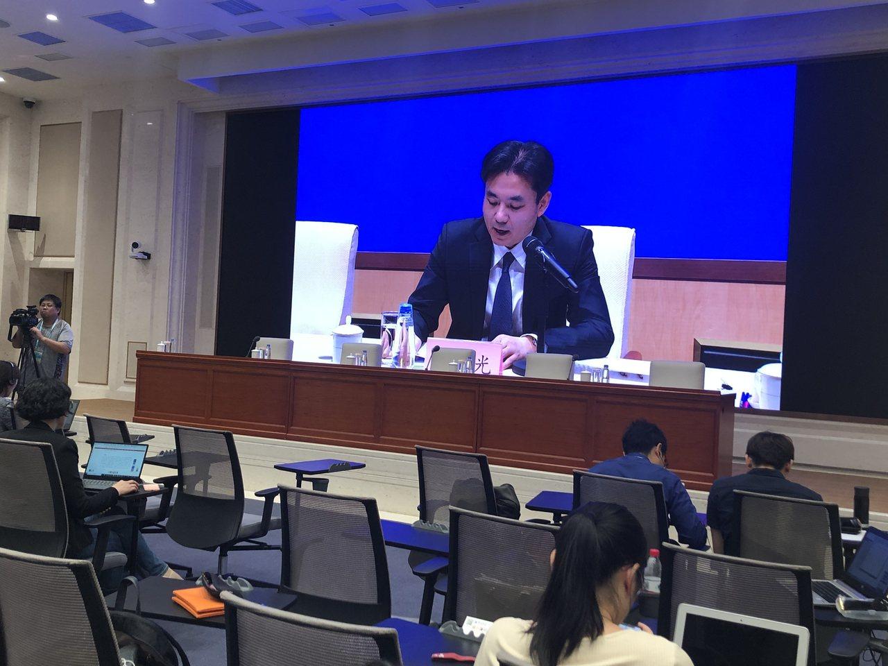 中共港澳辦下午舉行記者會談香港局勢,但包括台媒在內的多家陸媒和港媒都只能在另一廳...