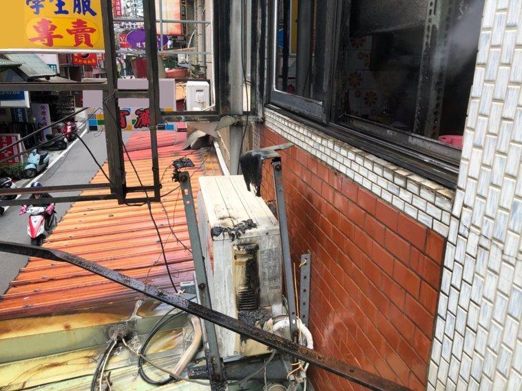 近日新竹縣竹東鎮發生一起住宅火警,一間民宅2樓窗台冷氣室外機冒煙起火,幸好路人經...