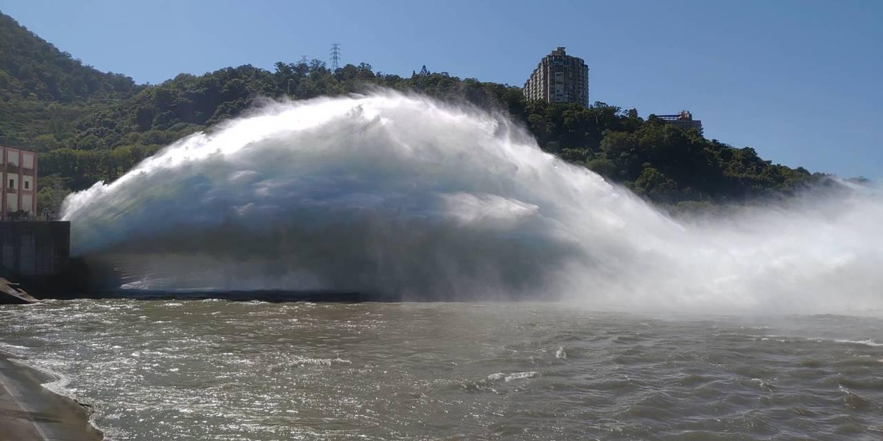 利奇馬颱風來勢洶洶,經濟部北區水資源局今天下午,在石門水庫進行排砂隊道預放流水,...