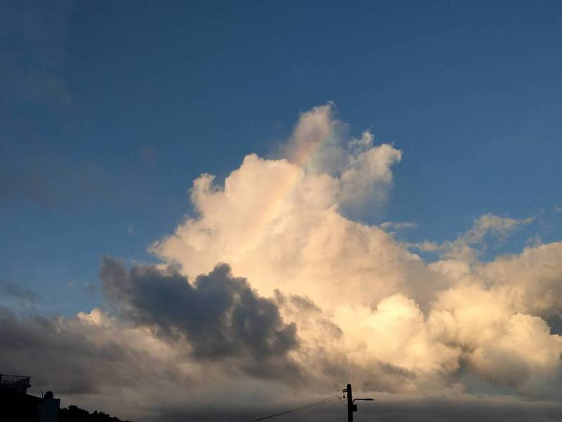 利奇馬颱風來襲前,龜山島東北海域出現罕見「火彩虹」,讓民眾嘖嘖稱奇。 圖/簡先生提供