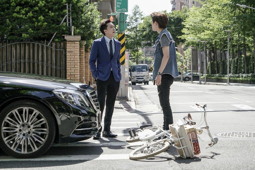 李洛洋(左)客串演出「一起幹大事」,一登場就與邱宇辰有火爆對手戲。圖/八大提供