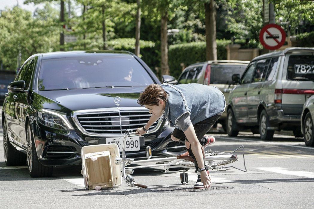 邱宇辰在「一起幹大事」中險被車撞。圖/八大提供