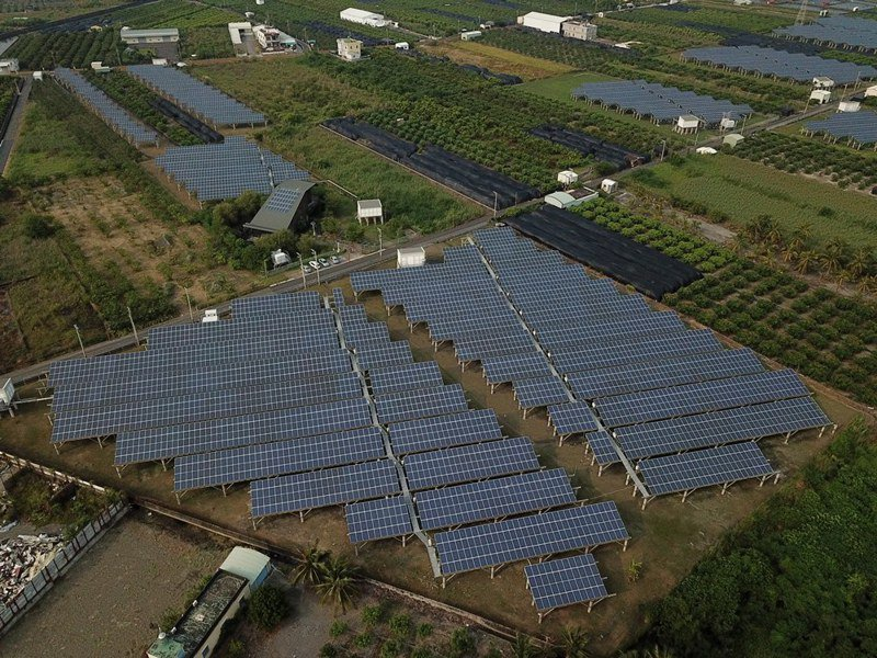 莫拉克風災10週年,屏東縣再生能源設置量已達約322.5MW,每年約可發3.39億度電,圖為嚴重地層下陷區地面型太陽能。圖/屏東縣政府提供