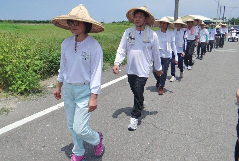 蘇治芬發起百里苦行,帶領支持者頂著日步行300公里,自我檢討並省思該如何為下一代建構更美好未來。記者蔡維斌/攝影