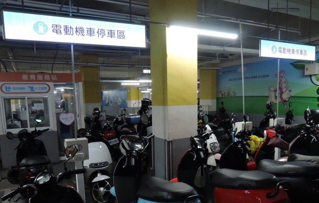 隨著電動車比例逐漸增加,新北市交通局將公開標租114處停車場設置電動機車電池交換...