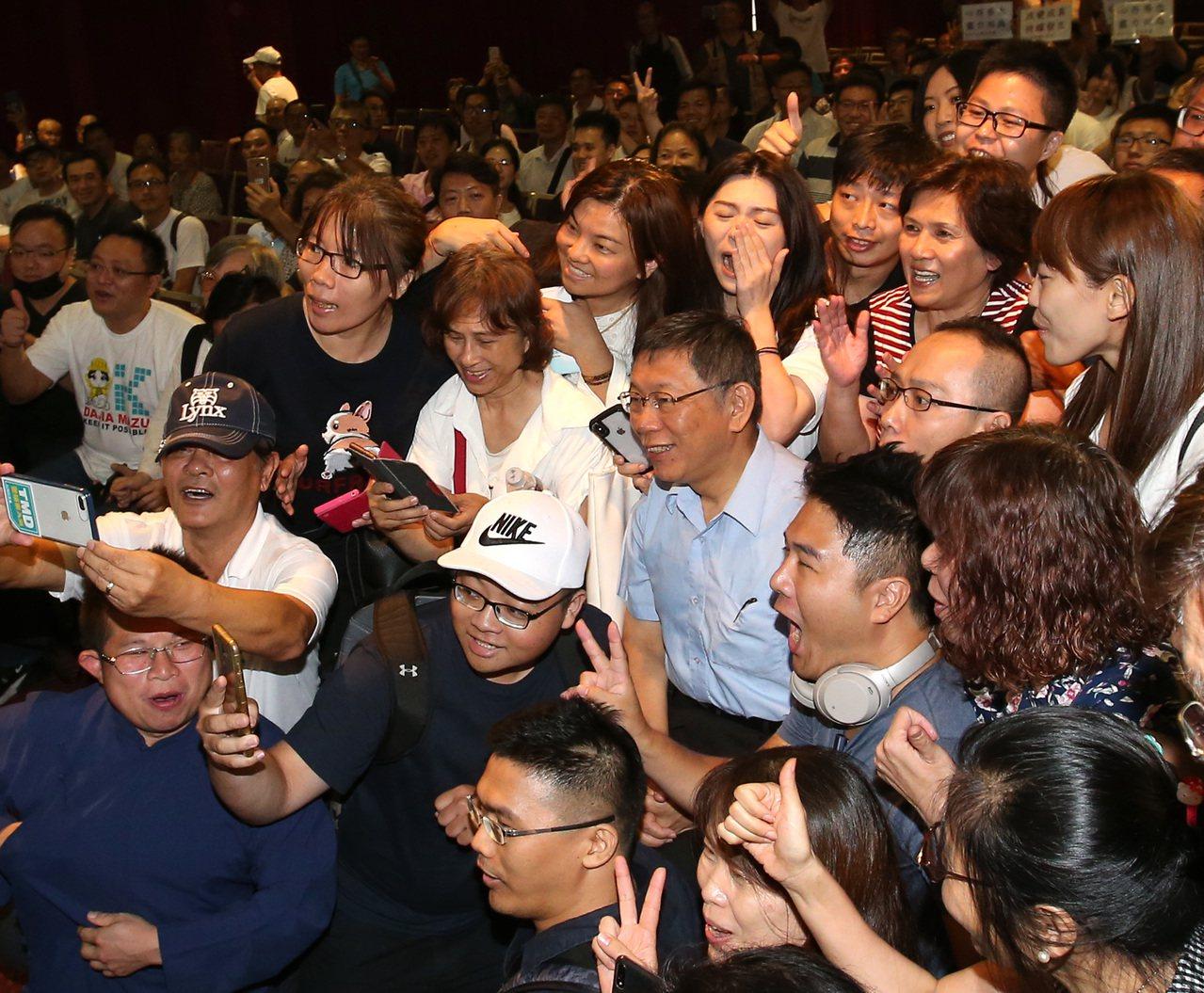台北市長柯文哲籌組台灣民眾黨,舉辦創黨大會。柯文哲被支持者熱情包圍。記者林澔一/...