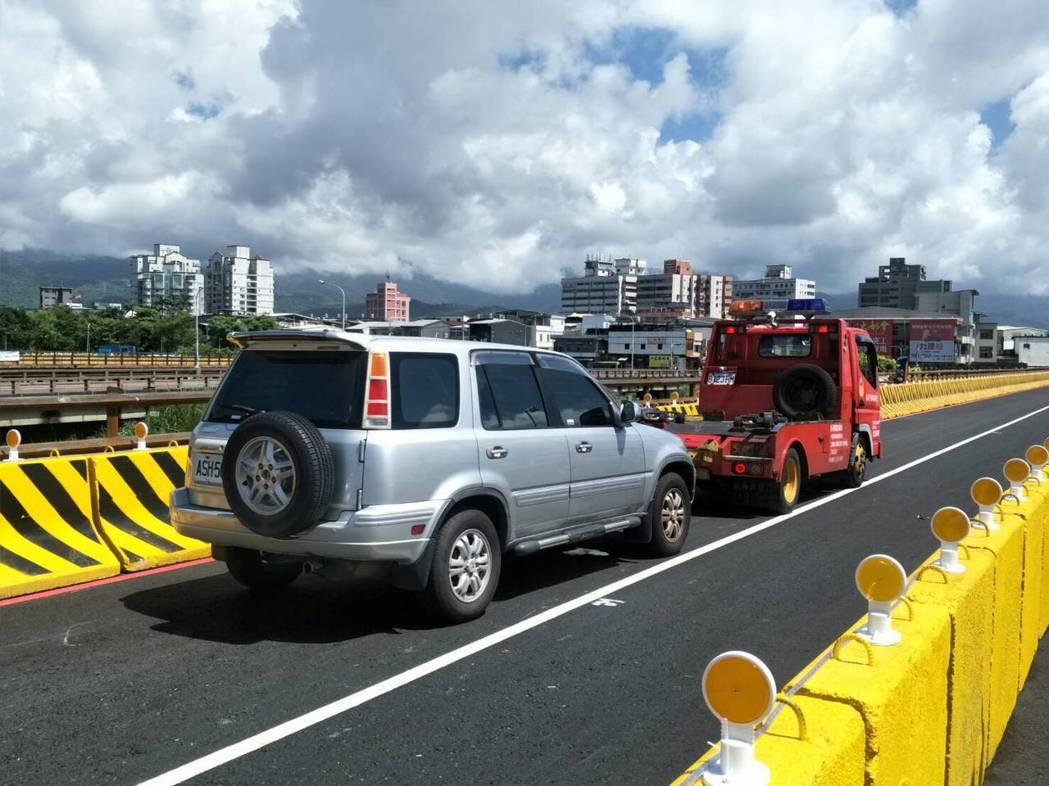 宜蘭縣警局與縣府交通隊今天進行宜蘭橋封橋前的演練,模擬突發狀況如何處理。 圖/縣...