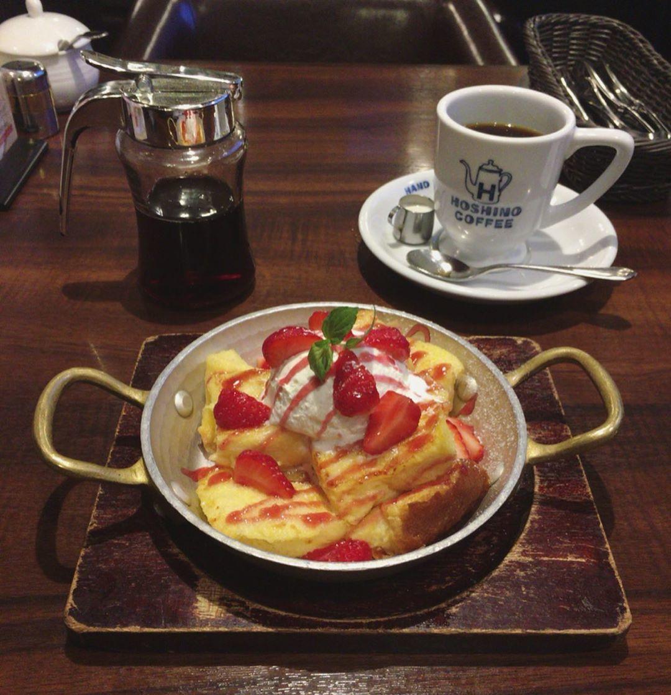 用鐵鍋製作的日式厚鬆餅(熱蛋糕),是星乃珈琲店最受歡迎的菜單。圖/摘自IG:@u...