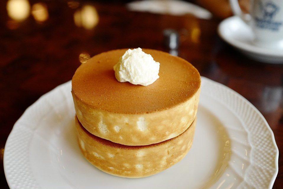 星乃珈琲店大人氣日式厚鬆餅(熱蛋糕),原味有黑糖蜜、楓糖、蜂蜜三種淋醬選擇。圖/...