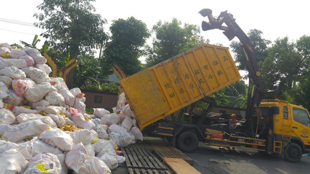高雄市環保局推廣中元普度「紙錢集中焚燒」,執行收運作業。圖/高雄市環保局提供