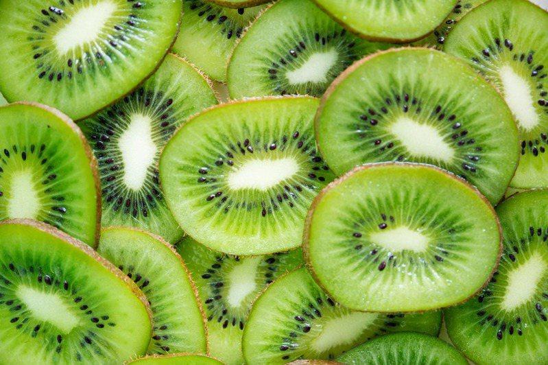 攝取富有維生素C及纖維素的水果有益。圖/摘自 pexels