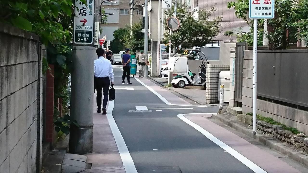 日本東京池袋巷弄內,道路寬僅3米9但仍會畫設人行鋪面。圖/中原大學景觀學系教授趙...