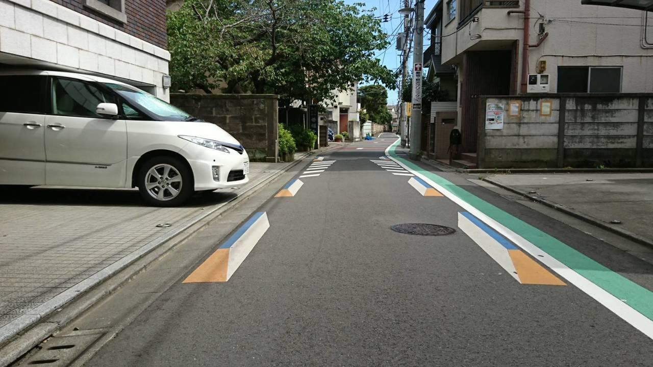 日本東京西日暮里透過三D圖示讓駕駛視覺認為道路變狹窄。圖/中原大學景觀學系教授趙...