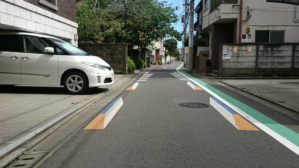 日本東京西日暮里透過3D圖示讓駕駛視覺認為道路變狹窄。圖/中原大學景觀學系教授趙...
