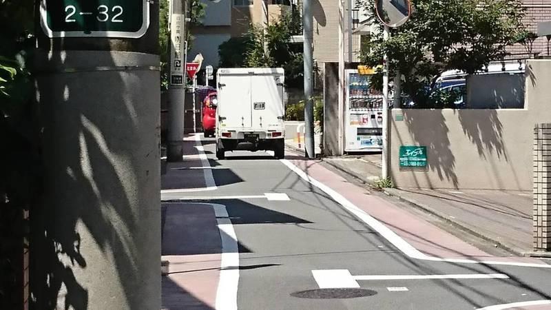 日本東京池袋巷弄內,道路寬僅3米9但仍會畫設人行鋪面。圖/中原大學景觀學系教授趙家麟提供