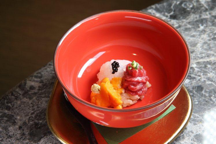 由日本A5和牛、富山白蝦、魚子醬、赤上海膽等食材組成的開胃先付。記者陳睿中/攝影