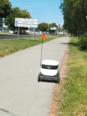 在愛沙尼亞首都塔林,路上不時會遇見正在工作的機器人,這個機器人正在送餐。 記者郭...