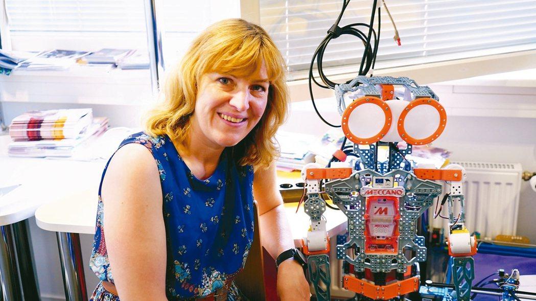 愛沙尼亞「程式老虎」計畫主持人克莉絲堤莎倫,介紹當地學生獲獎的機器人。 記者李欣...