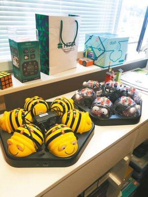 HITSA的「未來教室」就像哆啦A夢的肚子,隨便翻都能找到寶。圖中的蜜蜂機器人是...