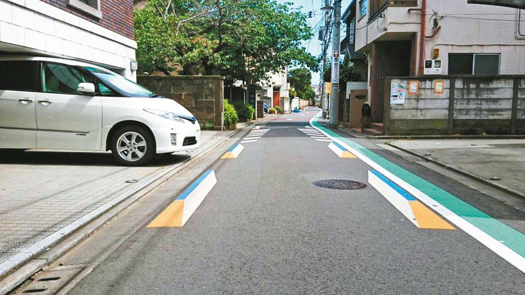 日本東京西日暮里透過3D圖示讓駕駛視覺認為道路變狹窄。 圖/中原大學教授趙家麟提...