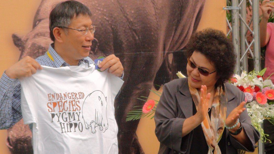 柯文哲(左)曾諷刺陳菊(右)在高雄市長任內舉債2400億,加深綠營內部對其不滿。...