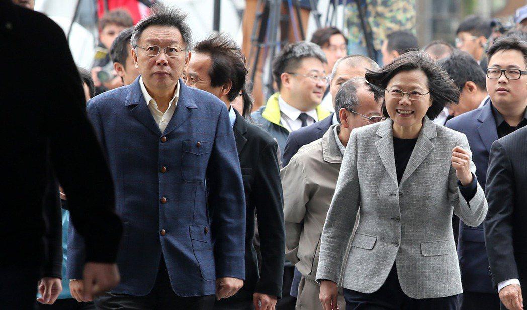 去年蔡柯會,蔡英文總統(前右)面帶笑容,與台北市長柯文哲(前左)一臉冷淡形成對比...