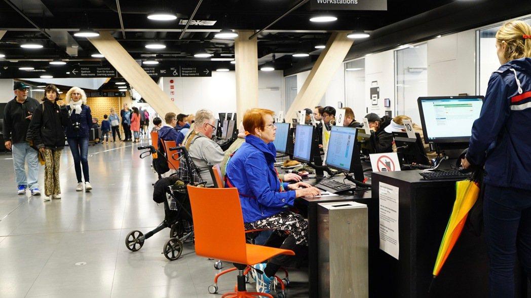 數位閱讀是芬蘭銀髮族的日常。 記者李欣澄/攝影