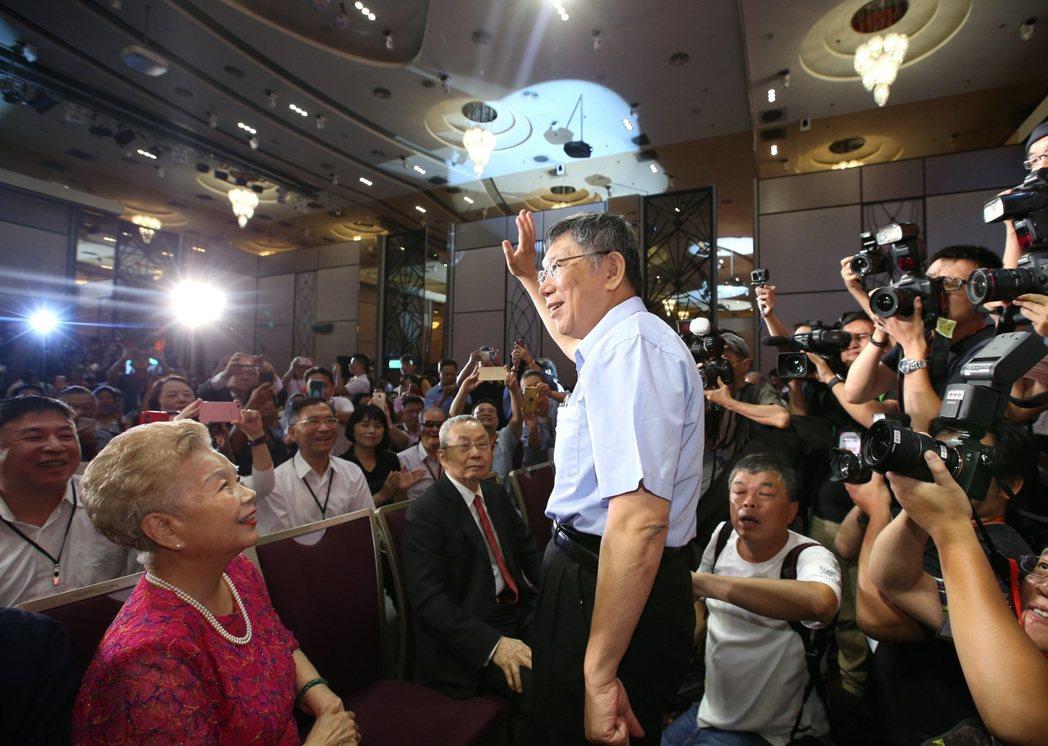 8月6日台灣民眾黨舉辦創黨大會,台北市長柯文哲(中)的父母都到場觀禮。 圖/聯合報系資料照