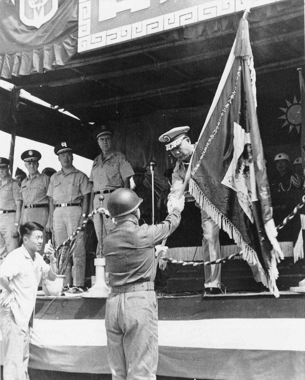 八二三砲戰後,第9師獲頒榮譽虎旗,郝柏村師長代表受獎。  圖/郝柏村提供