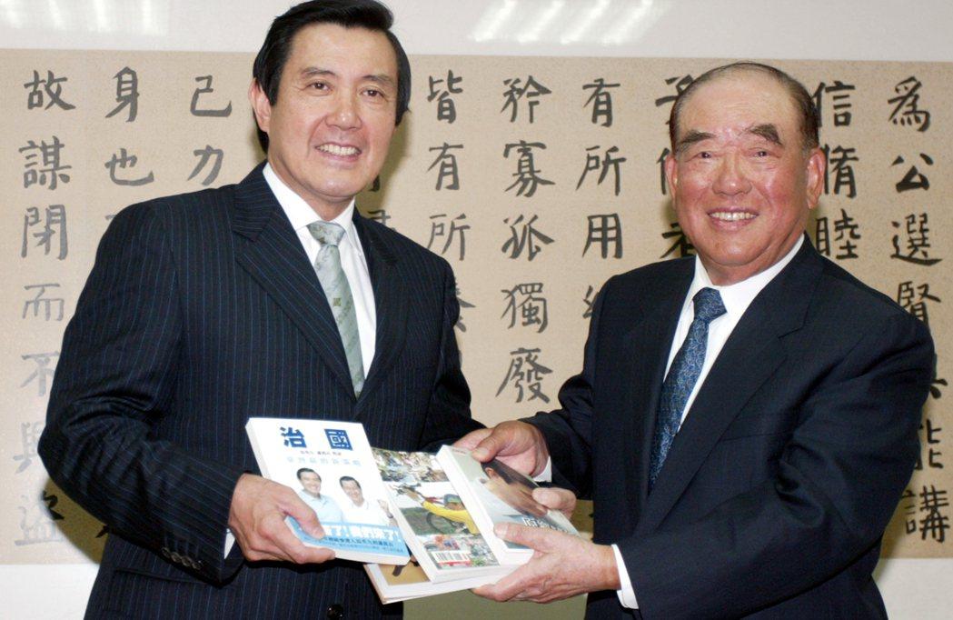 2008年馬英九當選總統(左),向前行政院長郝柏村(右)請益。圖/聯合報系資料照...
