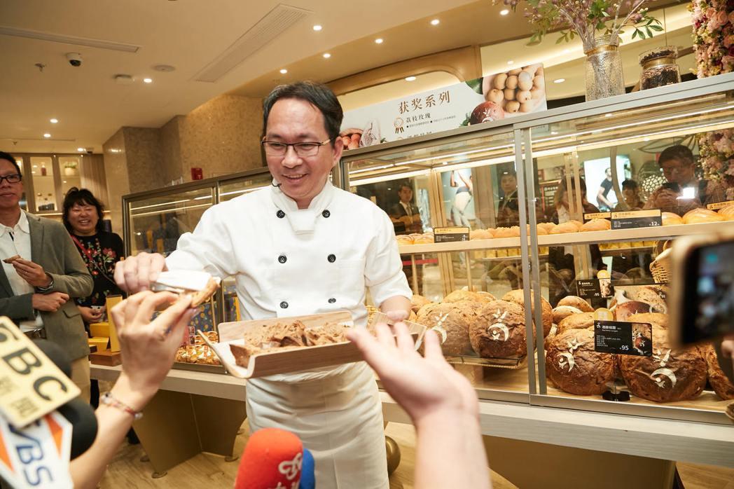 吳寶春遭檢舉賣「台獨麵包」,柯文哲受訪時先嘆氣,說「上海有開店、可憐啊。」 圖/...