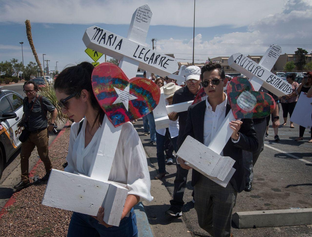 德州民眾舉著十字架,上面寫著槍擊案死者姓名,追悼在艾爾巴索無辜喪生的民眾。 法新...