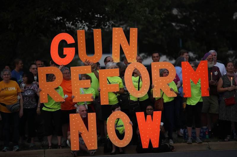 維州民眾在全國槍枝協會總部前示威,舉起標語要求「立即改革擁槍法」。 法新社