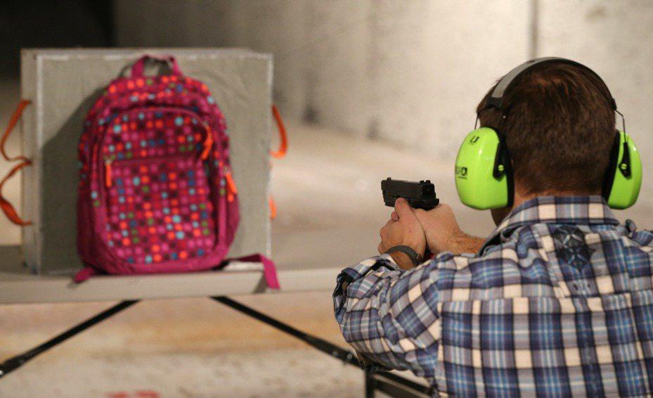 在連續發生大規模槍擊案後,防彈書包已成為返校日採購的熱門商品。 法新社