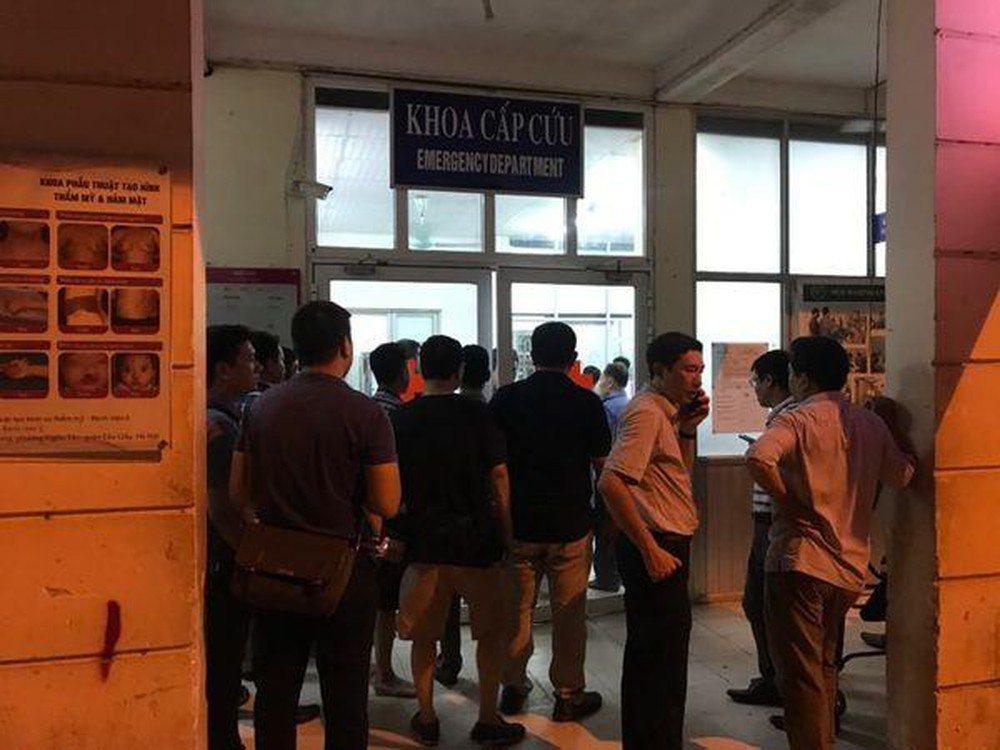 一群人圍在醫院門口。 圖擷自Baomoi