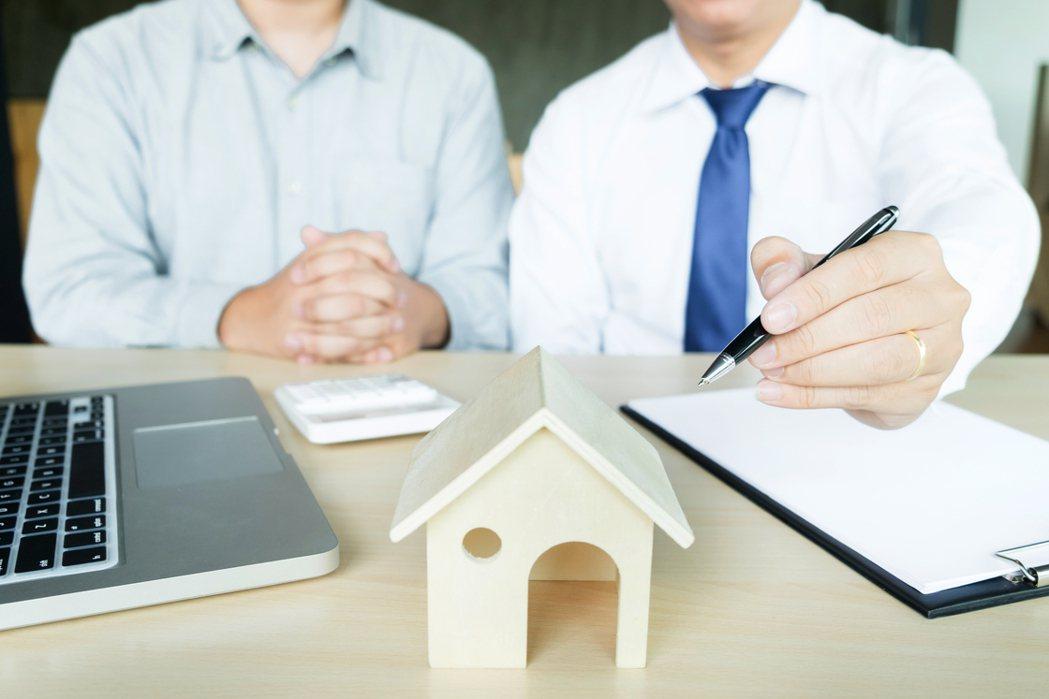 網友想買房子,仲介卻認為他出的價太便宜,堅持不給買家看並要他多出點誠意,但原po...