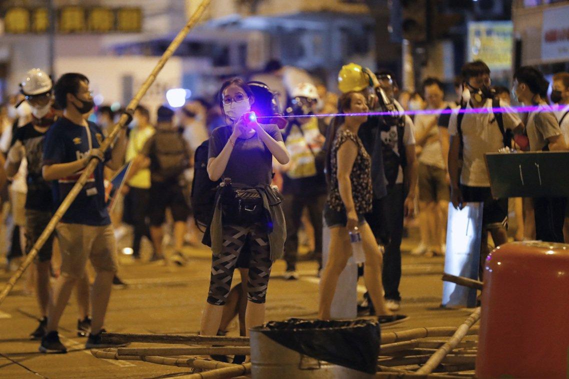 「你買的就是『雷射槍』,就是攻擊性武器!」香港的警民對立,6日再傳重大衝突。周二...