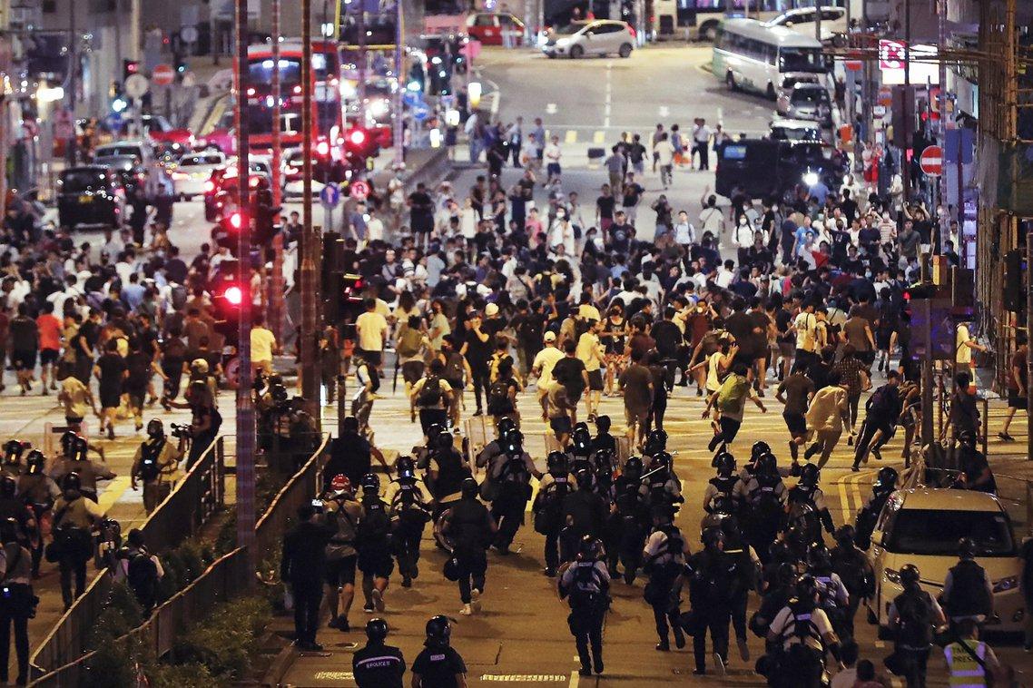 拘捕方仲賢之後,不滿的群眾於是越發憤怒,網路上亦出現「糾人行動」的號召,因此在晚...