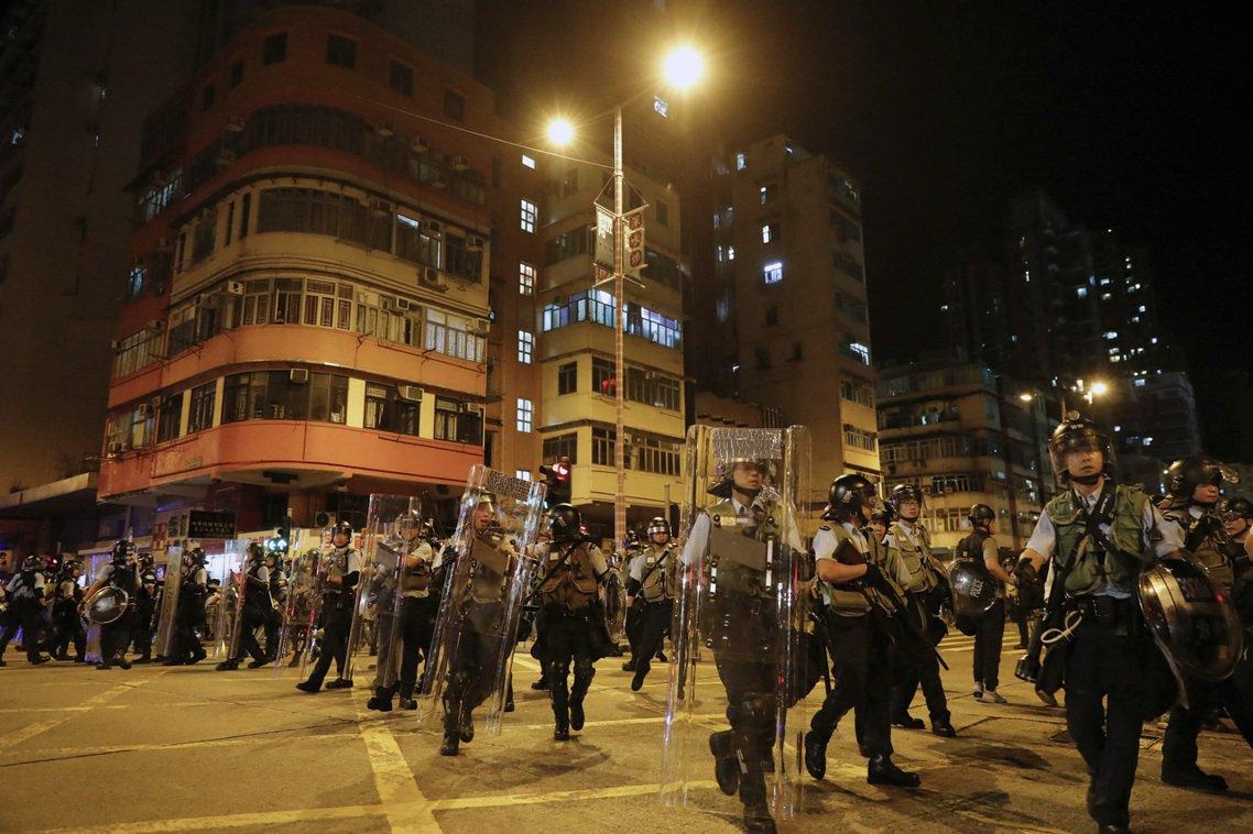 然而憤怒的群眾越聚越多,堅持不對方案讓步的警隊,也在晚間11點前後,出動鎮暴部隊...
