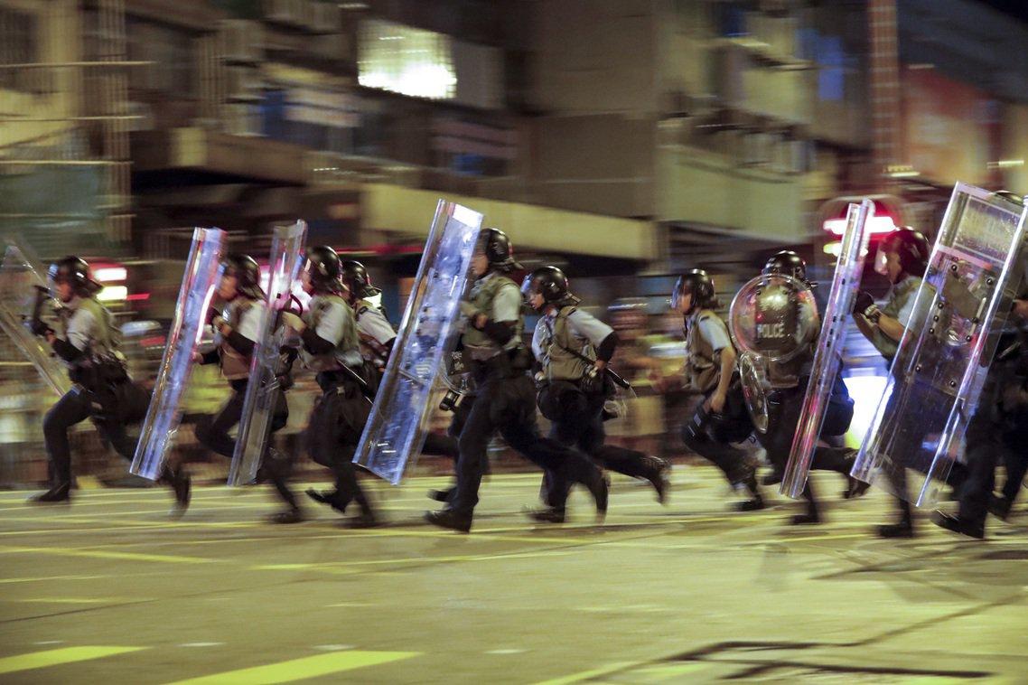 7日凌晨,警方開始在深水埗進行清場。 圖/美聯社