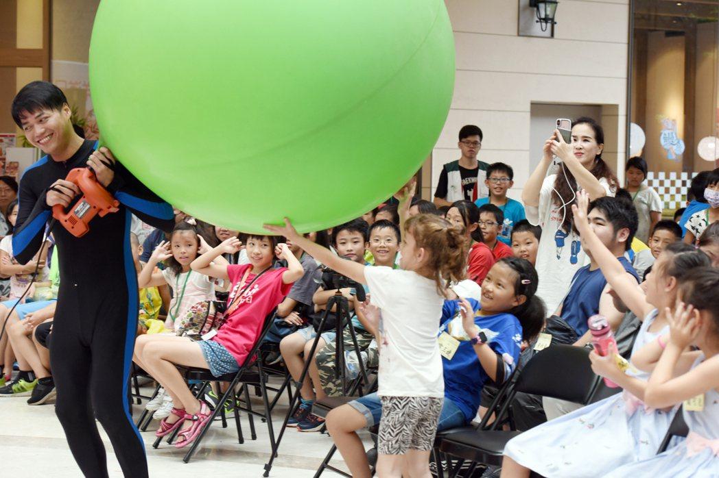 「愛在每一個角落 洋溢日月光廣場」活動,「何歡劇團」中的「人入汽球」表演,讓笑聲...
